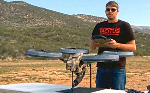 الطائرة ذات الأربع محركات Quadcopter مثبت عليها رشاش آلي
